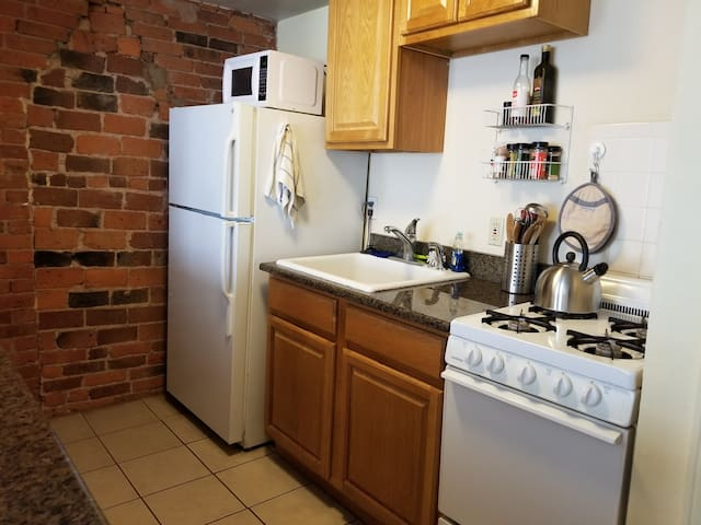 Comfortable Apt near Yale w/ Granite Counters