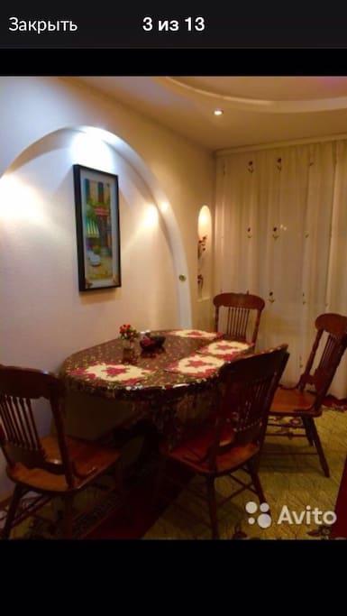 Большой стол для гостей, выход на балкон из кухни