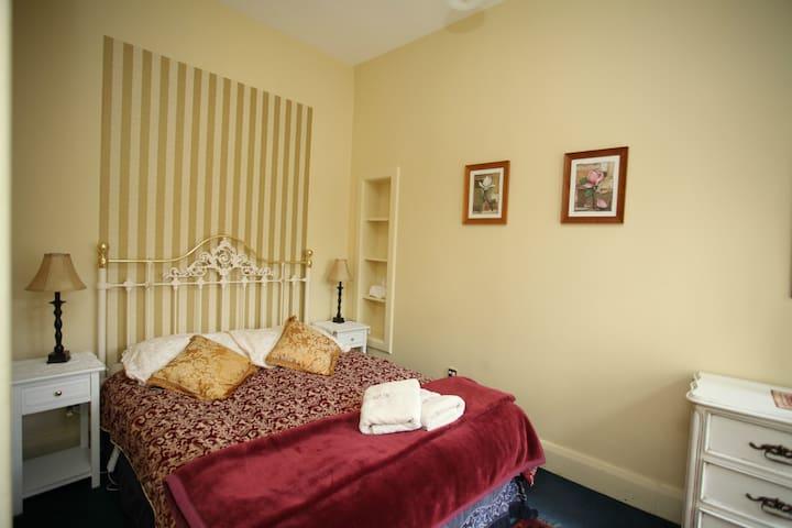 Bedroom - Queen Bed