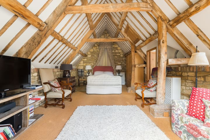 This space also has a sister property located opposite called the Bakery Cottage Ground Floor apartment which can cater for 4 guests. Why not book together for a bigger party