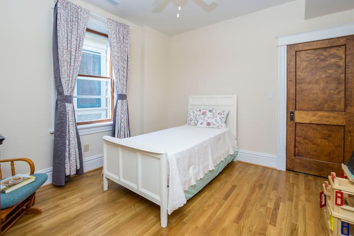 ☆ Private Room ☆Walk to WashU / Loop / Peageant!