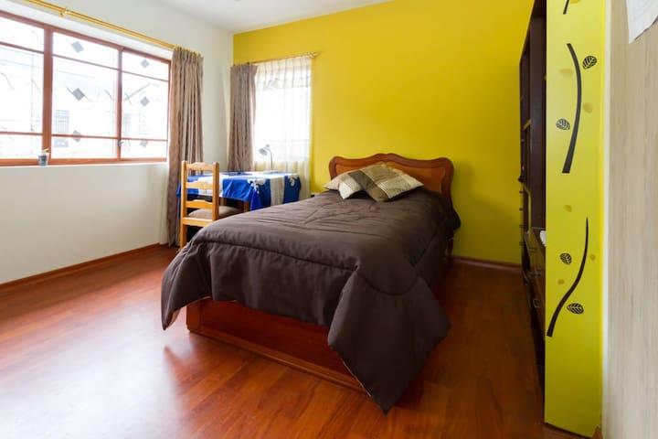 Habitaciones amplias y luminosas, en casa grande. - Quito - Dům