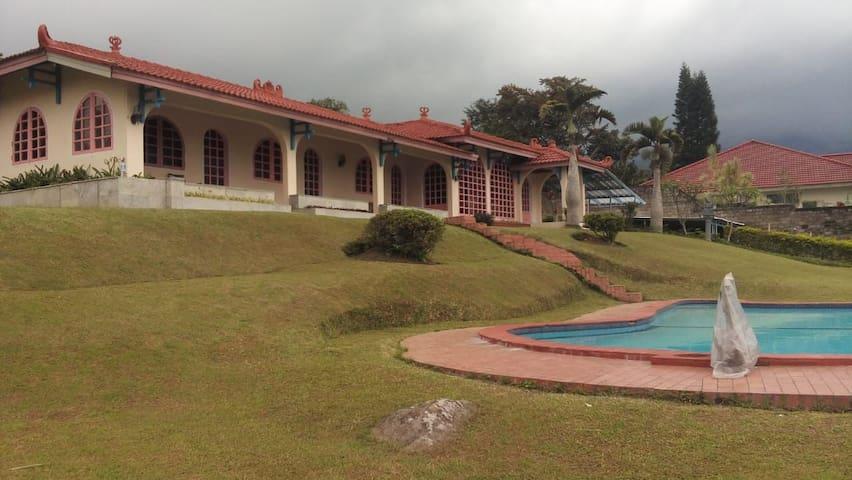Villa Coolibah 2750m2, private pool & playground