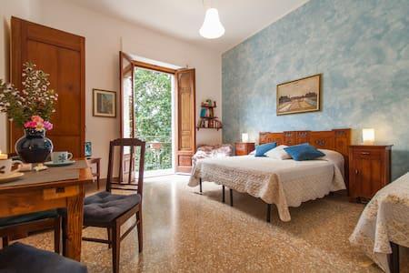 camera Il Verone, letto matrimoniale e un letto singolo. Si affaccia sul giardino ed ha un balcone. Molto spaziosa