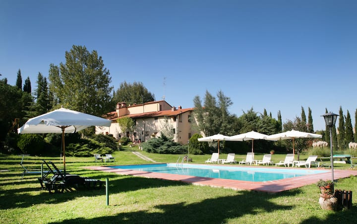 Cosy apartment for 6 people with WIFI, pool, TV, pets allowed and parking, close to San Gimignano