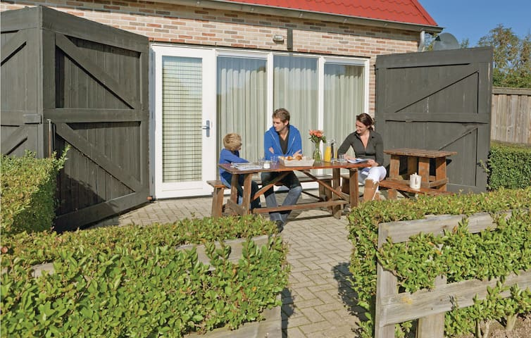 Holiday cottage with 4 bedrooms on 180m² in Hippolytushoef