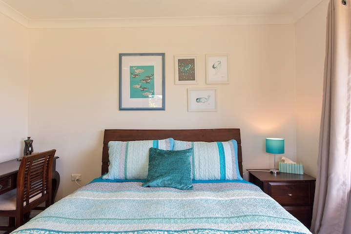 Large room w/ queen bed on the river, near airport - Tweed Heads West - Huis