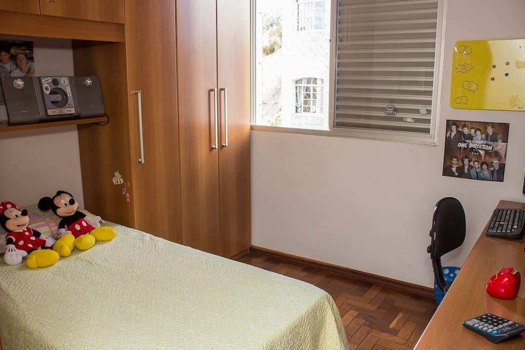 Quarto 1 com cama box de solteiro, armários e som