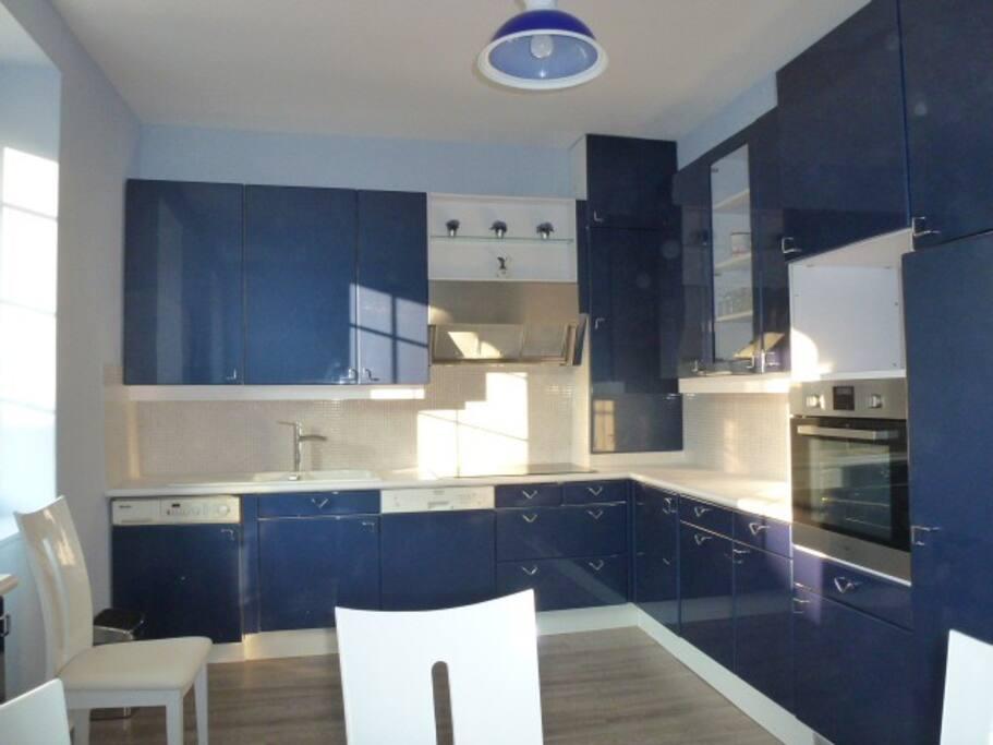 Cuisine aménagée tout confort, avec four, lave vaisselle, micro ondes, plaque à induction + hotte....