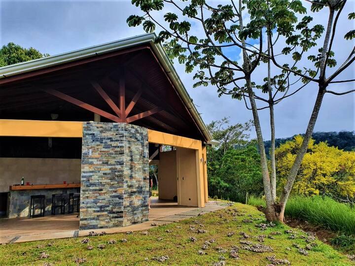 Loft privado en cerro legendario: Casa Guachipelín
