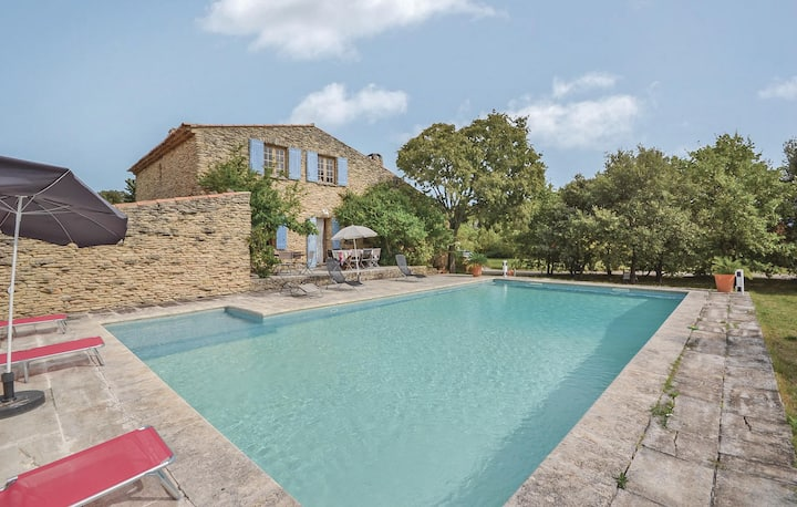 Awesome home in Gordes with WiFi, Outdoor swimming pool and 4 Bedrooms