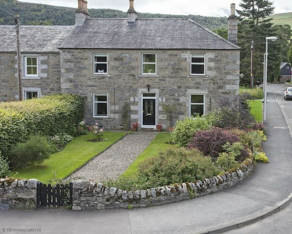The Corner House - Blair Atholl, with garden, parking & Sky TV