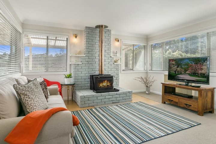 Blue Mountains cottage with spa and fireplace