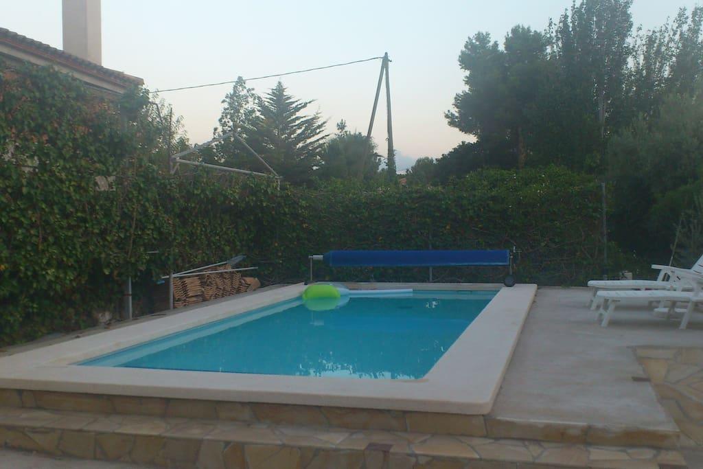 Espacio exterior con piscina de sal 7x3.5 metros con escalones y solarium