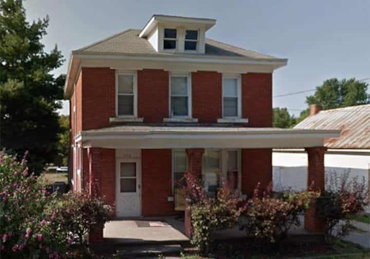 Nauvoo's Beautiful Brick Home Sleeps 8