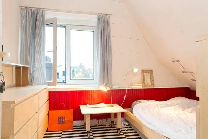 Quiet and cozy attic room in centre - Amesterdão - Apartamento
