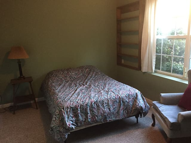 Peaceful room in lovely Weaverville