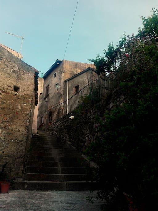la casa torretta vista dalla scalinata di accesso