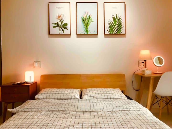 简欧风格,太湖水岸边单身公寓。阳光充足,环境优雅。