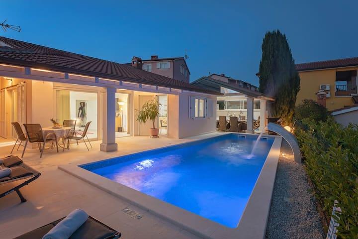 Night foto of the swimming pool