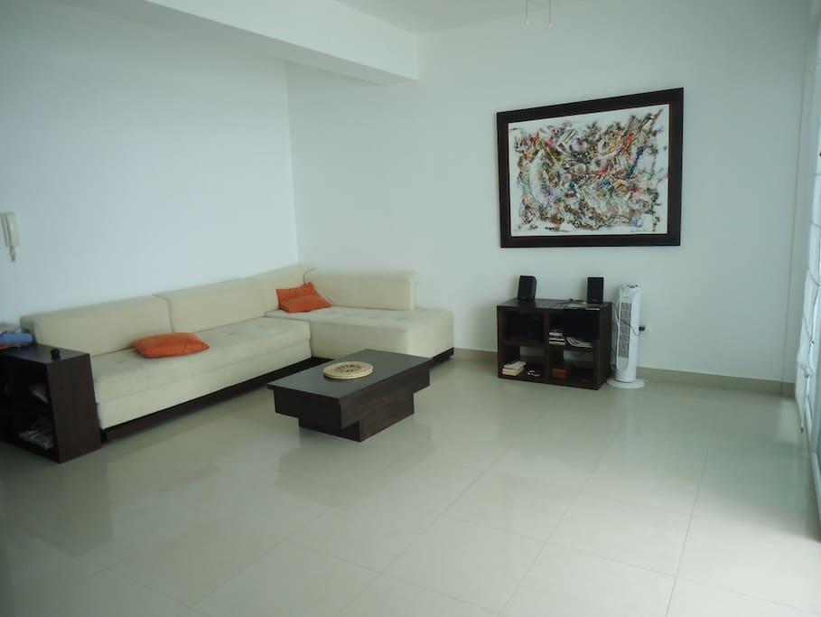 Amplia sala con sofá cama