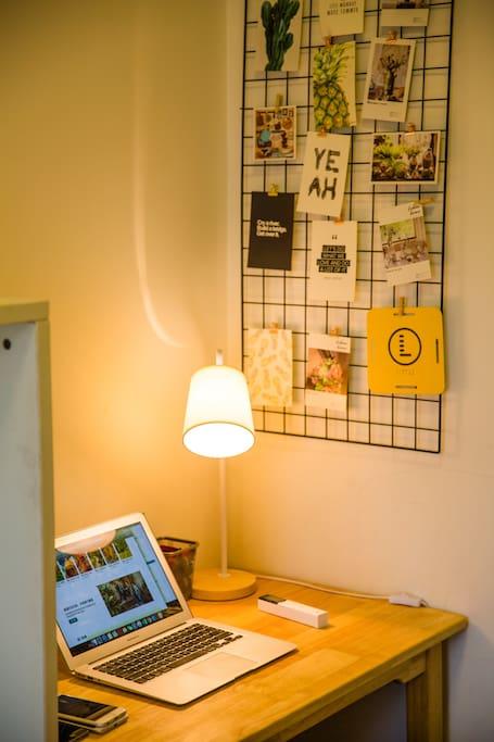 侧卧的办公桌