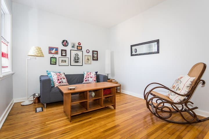 Centretown 2 Bedroom- Speedy wifi and Parking