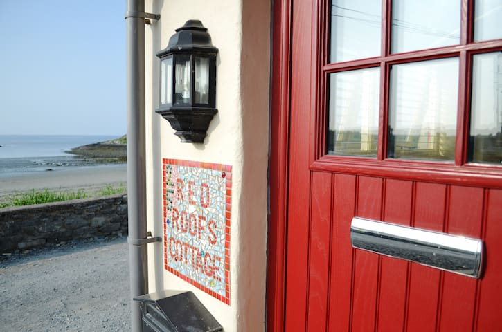 Red Roofs Cottage On The Beach - Ardglass - Hus