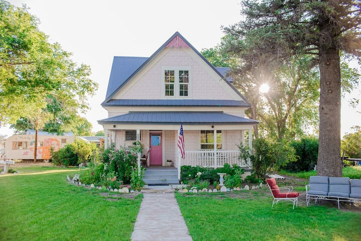 Little Pink House ( Magical Vacation Rental)