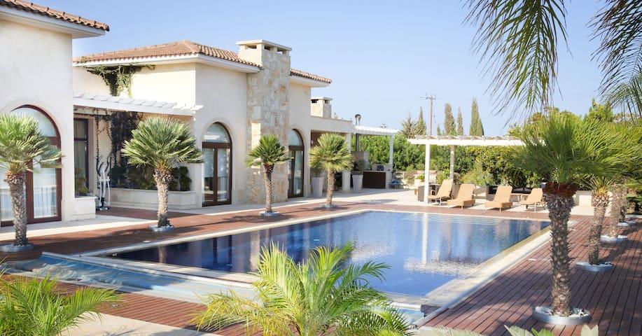 Luxurious secluded villa near the beach