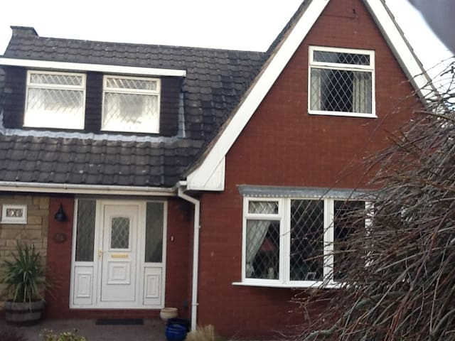 Great spare bedroom in welcoming fa - Stoke-on-Trent - Hus