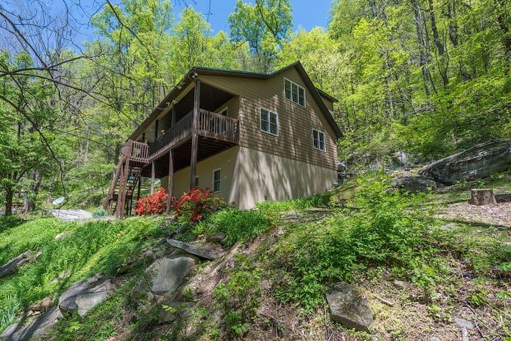 Buz Inn   Beautiful home tucked in the woods   Hot tub & Pet friendly! - 3 Bedroom, 2 Bathroom