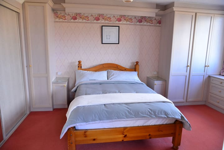 Spacious Double Room in the Tidy and Quite Cottage