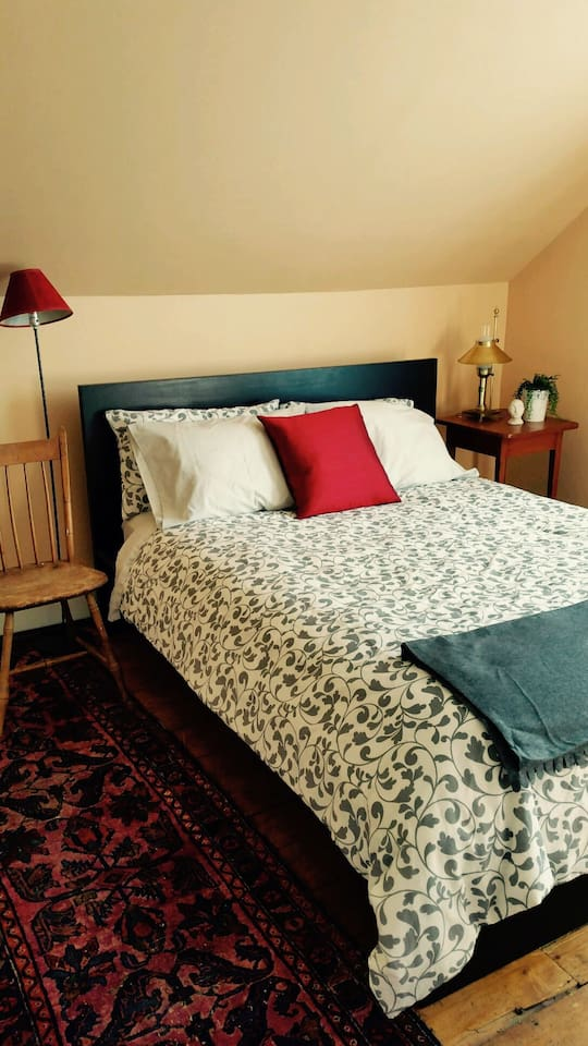 Light down duvet, queen size bed with cozy mattress and topper, crisp sheets and both sets of pillows: soft and firm.