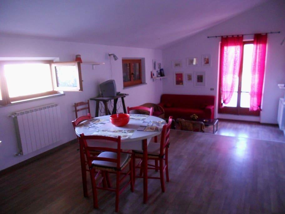 Tavolo della cucina,salotto e finestra del terrazzo