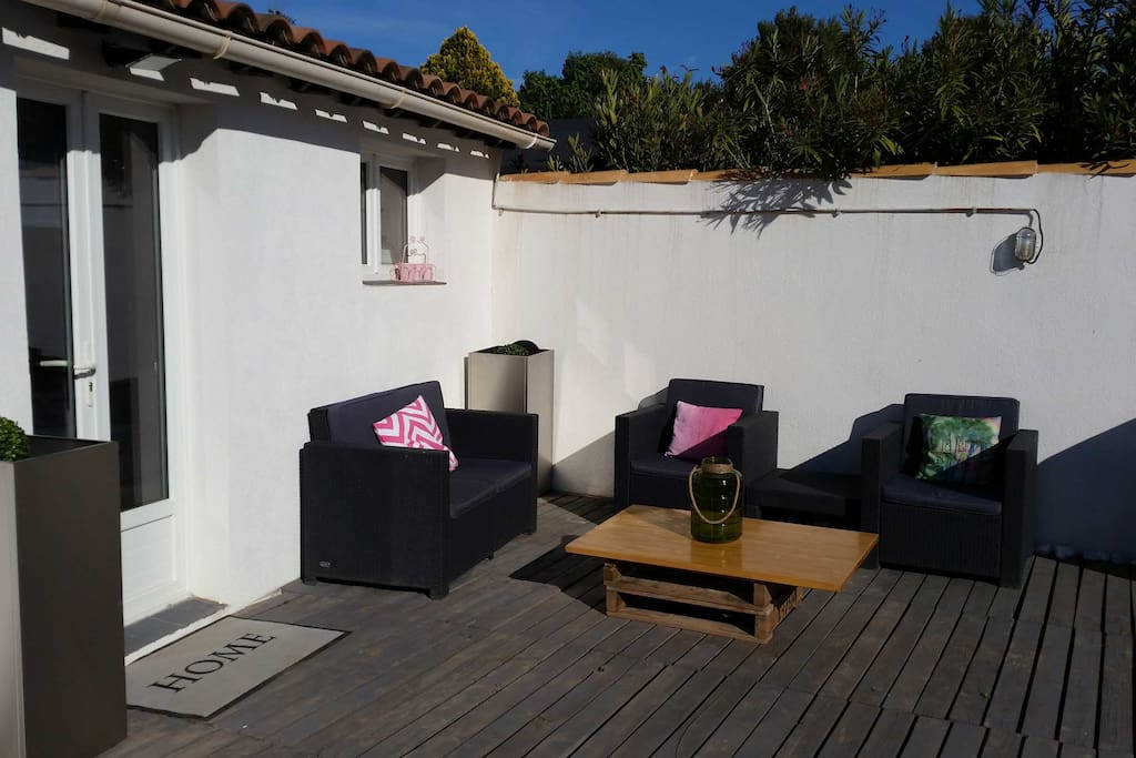 Studio terrace 20 m between aix et marseille houses for 73 studios inverness terrace