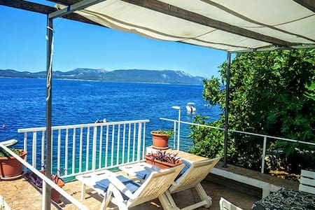 Apartments Mimi Komarna directly by the sea