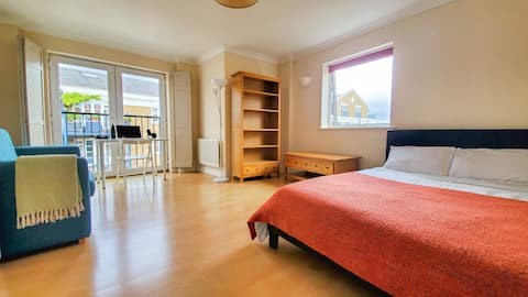 Big and Bright Double Bedroom Next to Thames River