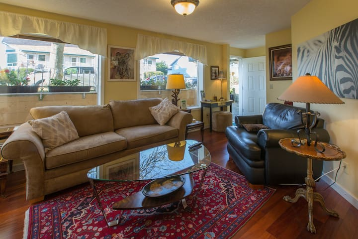 Menzies Manor Deluxe Suite-Historic, Charming James Bay, Steps to Ocean