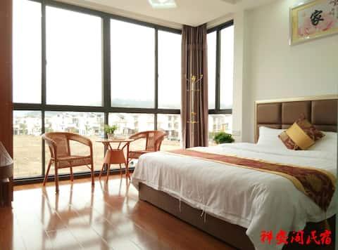 祥安阁民宿 豪华舒适大床房,拥有远眺山水落地窗与独立卫生间,风景独特