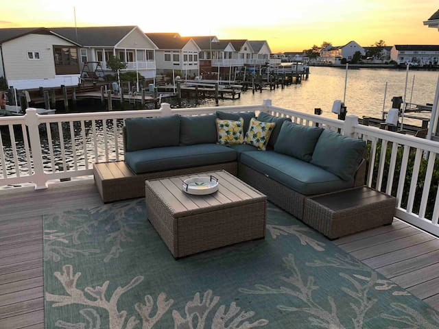 OCMD Castaway Cove! 2300 sq ft Walk to beach.