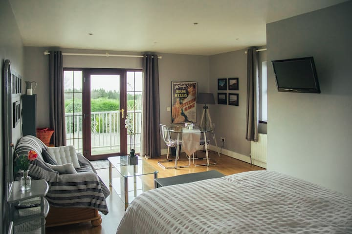 'Highfield' apartment with superb view