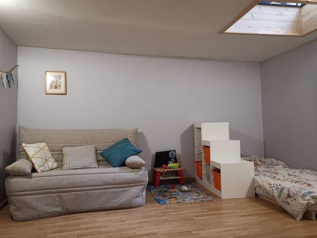 Chambre comprenant un lit simple et un canapé lit... Les chambres de la maison situées en rez de jardin bénéficient d'une fraîcheur naturelle, très agréable en saison chaude.