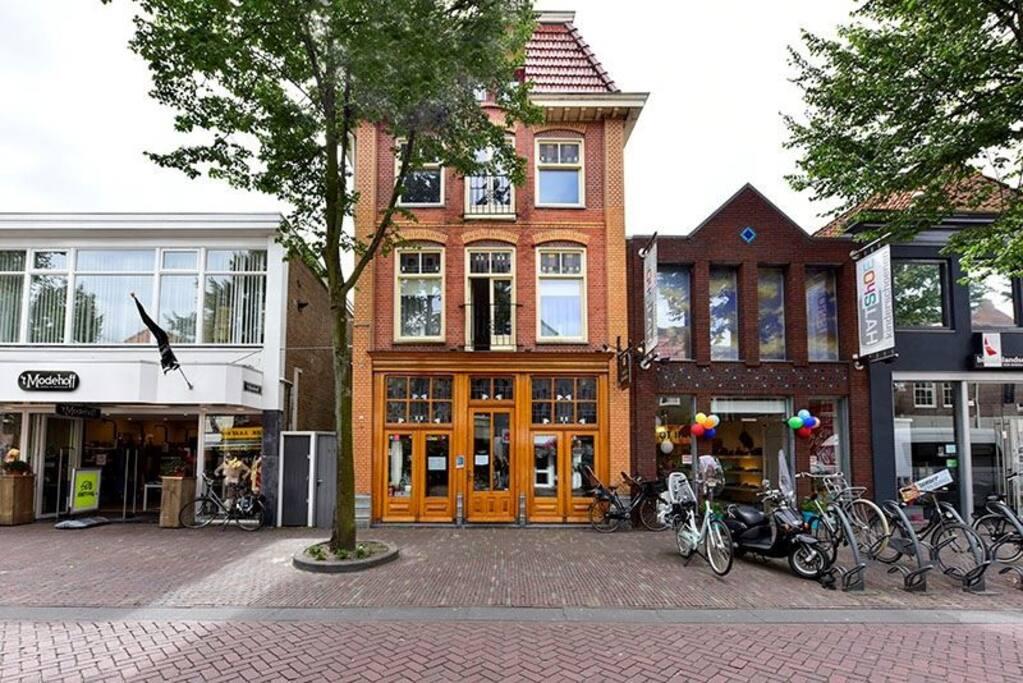 Het appartement bevind zich midden in het centrum van Alkmaar.