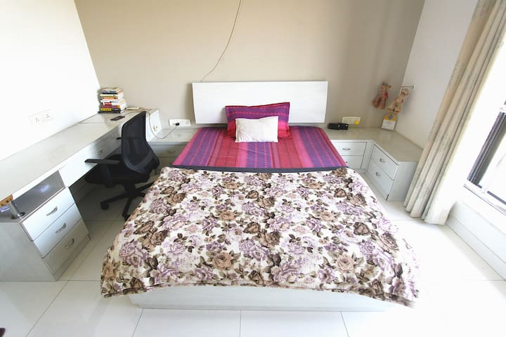 Spacious private bedroom in a huge 3BHK. - Mumbai - Huoneisto