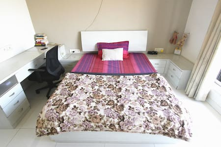 Spacious private bedroom in a huge 3BHK. - Mumbai - Wohnung