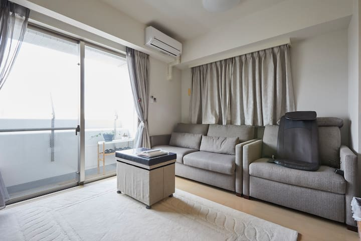The property is directly at the back of Asakusa Temple!Custom-designed property that is a 4-minute walk from Asakusa Station, and a 10-second walk from Asakusa Temple