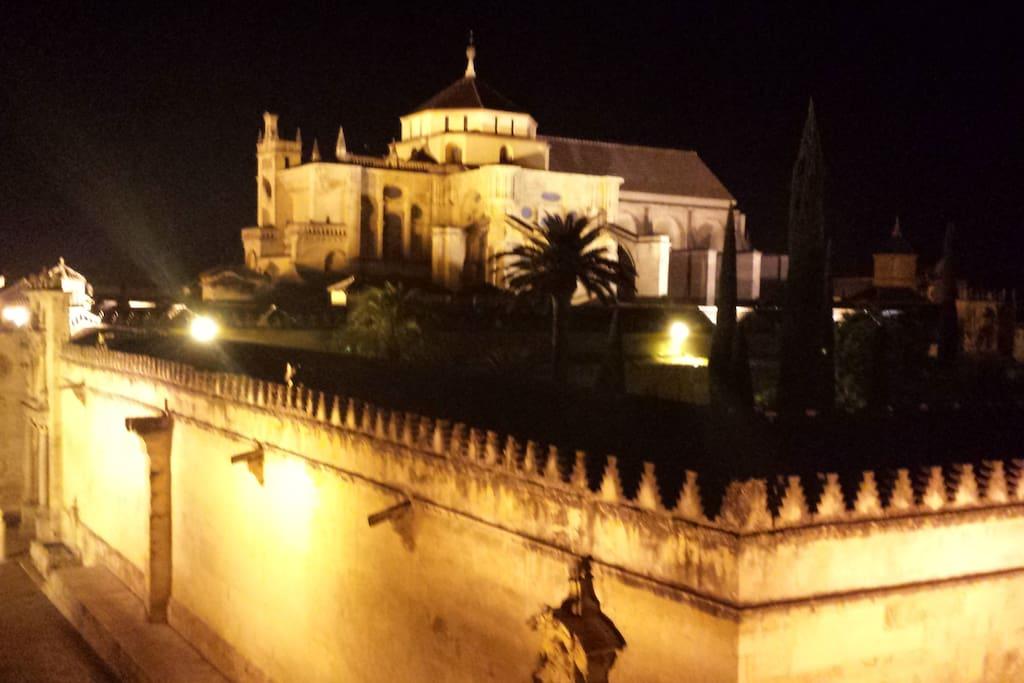 Vista de la Mezquita-Catedral desde la terraza alta de noche.