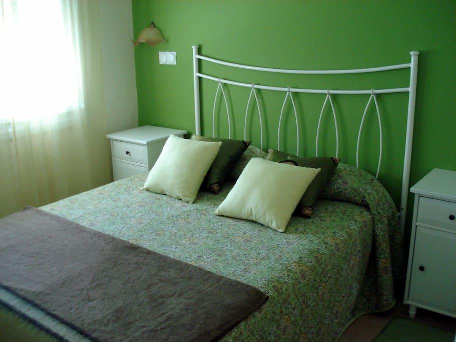 Dormitorio principal con cama de 150