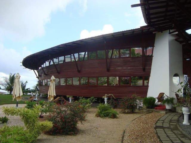 de Ark verblijf in hotel in de vorm van een boot